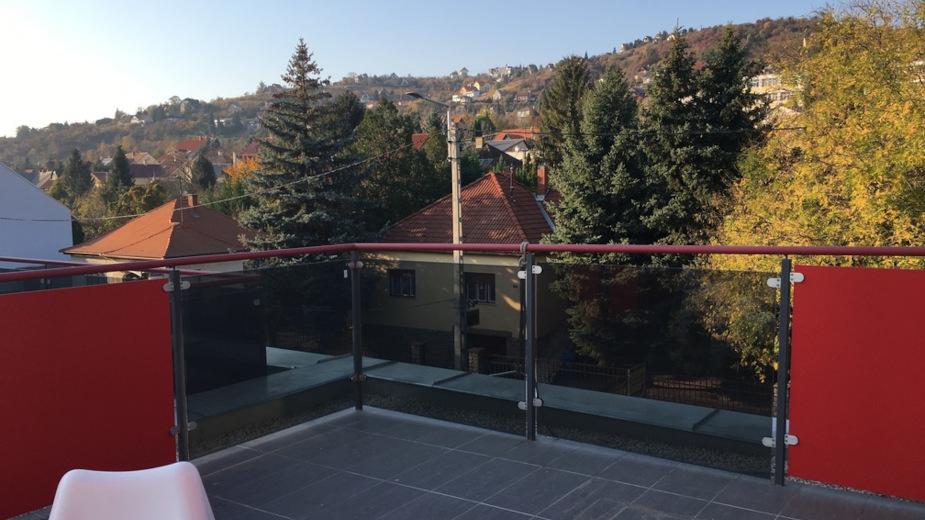 Az egyedileg kialakított tetőtér, és a tágas belmagasság extra életteret biztosít a közvetlen terasz kapcsolattal.